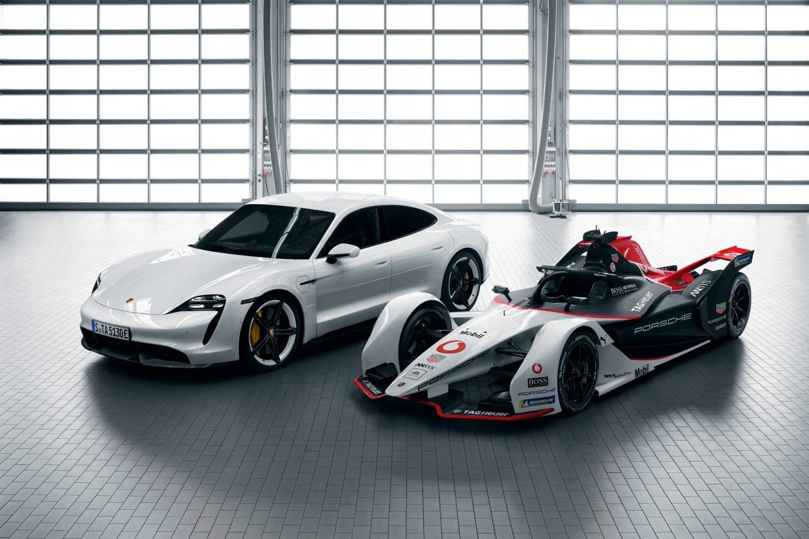 Valkoinen Taycan Turbo S kilpa-auton vieressä.