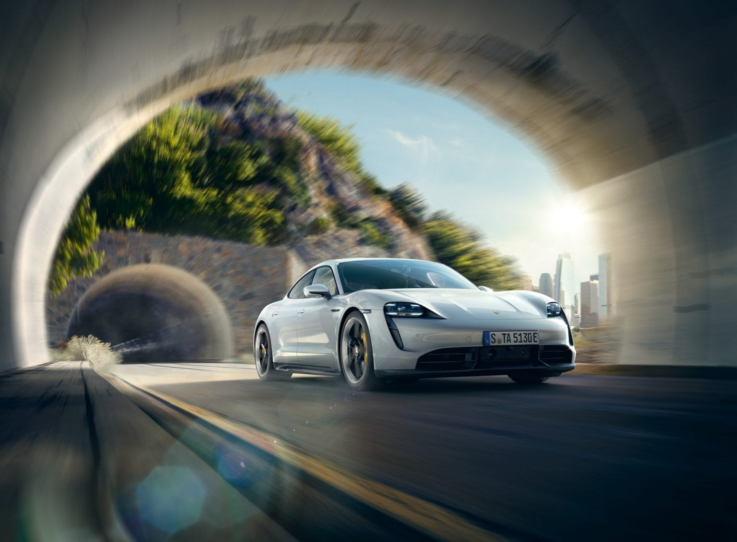 Valkoinen Taycan Turbo S tunnelissa.