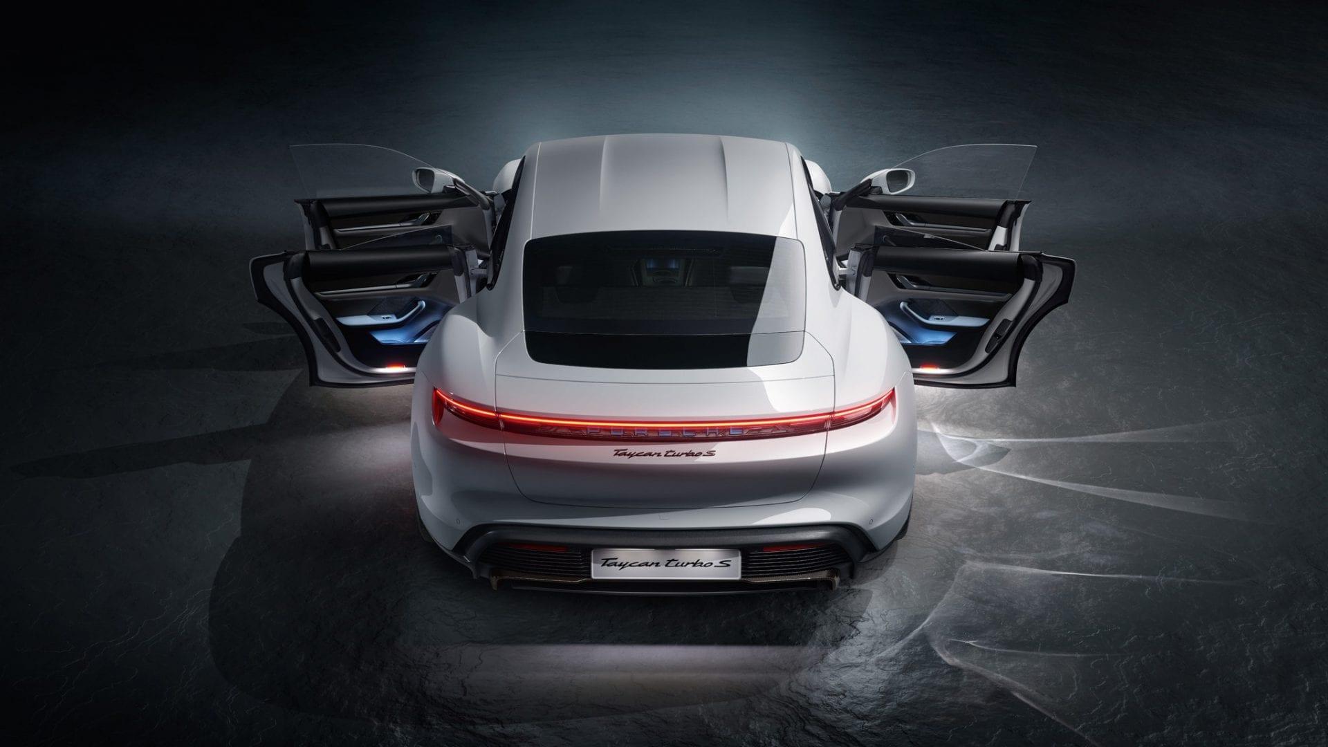 Porsche Taycan takaapäin, ovet auki.