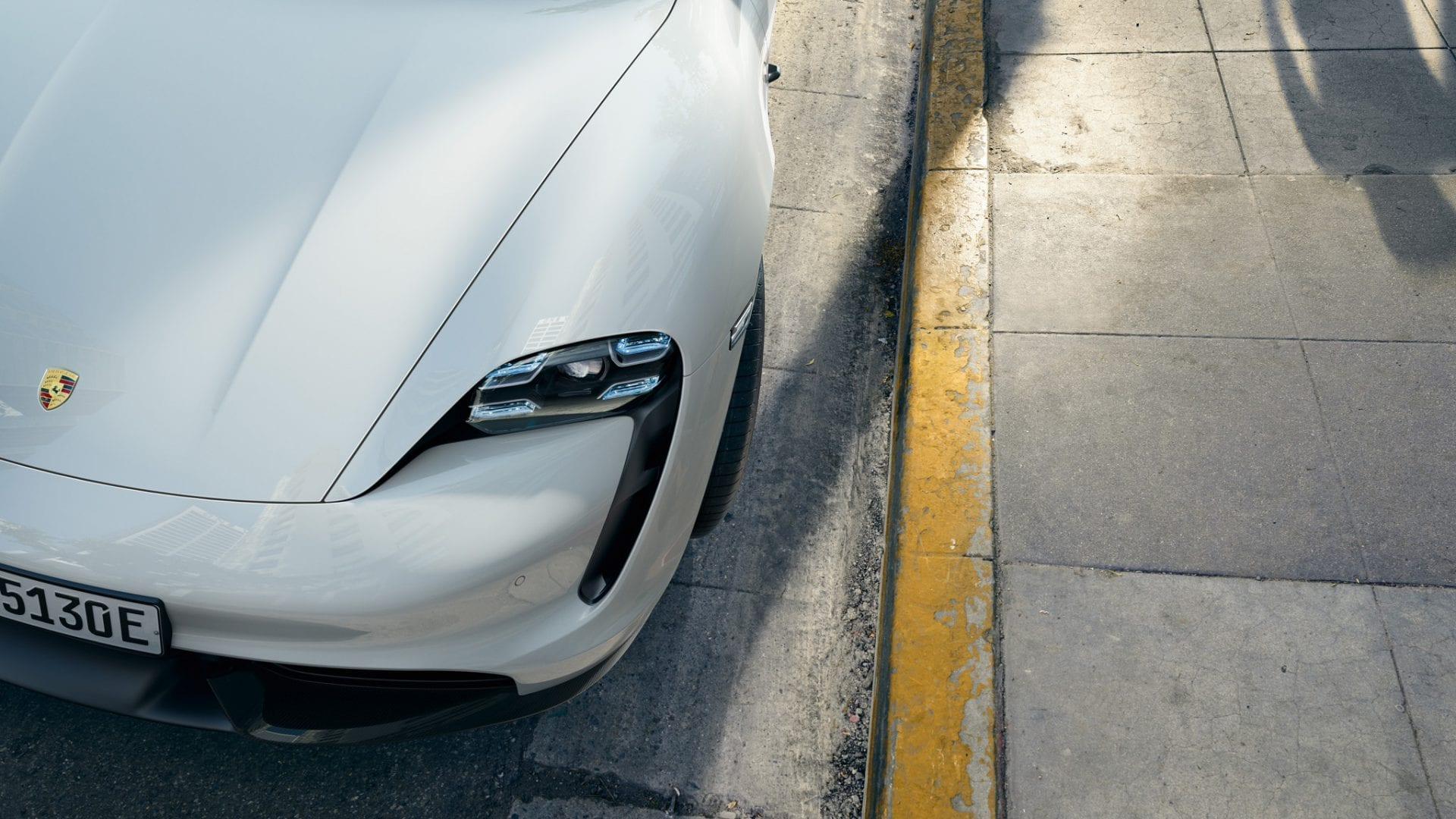 Porsche Taycanin etuvalo.