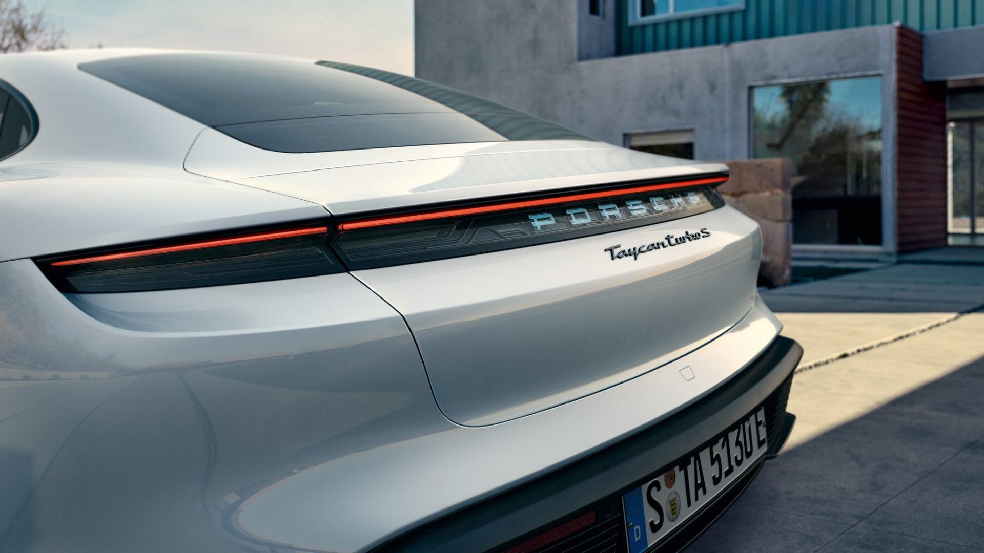 Lasinen valonauha Porsche Taycennen perässä.