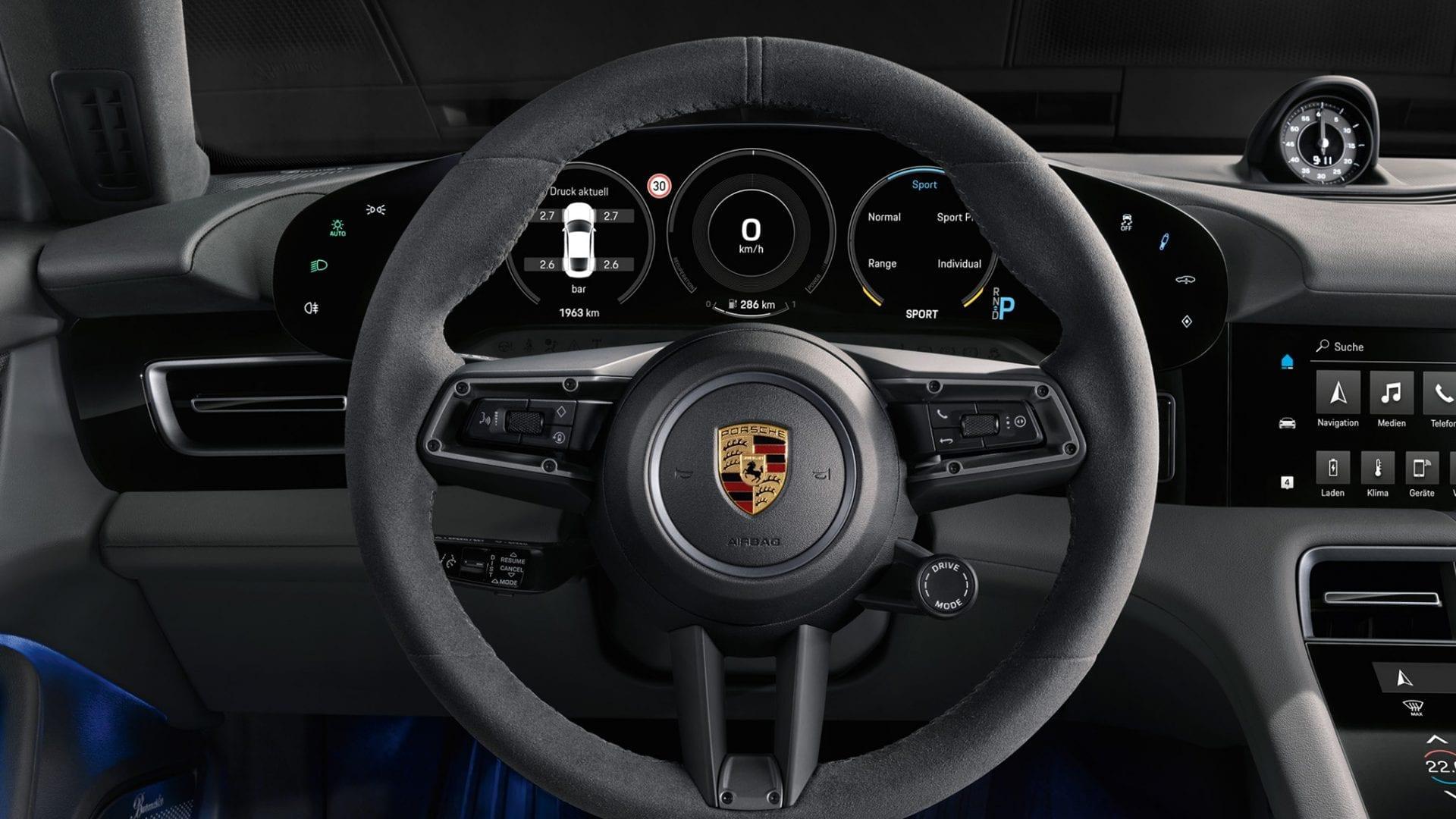 Taycanin ohjauspyörä Porschen logolla.