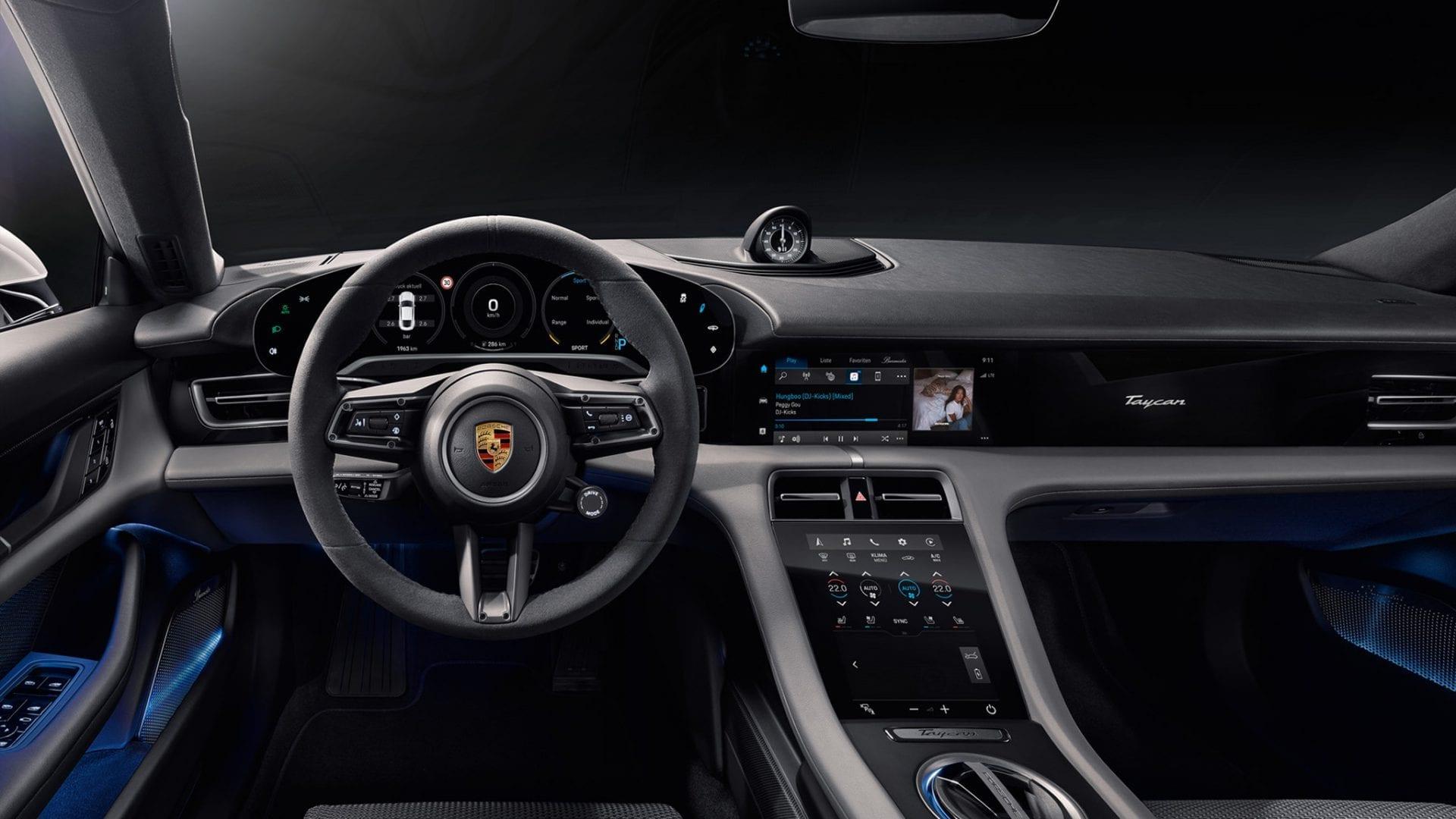 Porsche Taycanin ohjaamo kuskin näkökulmasta.