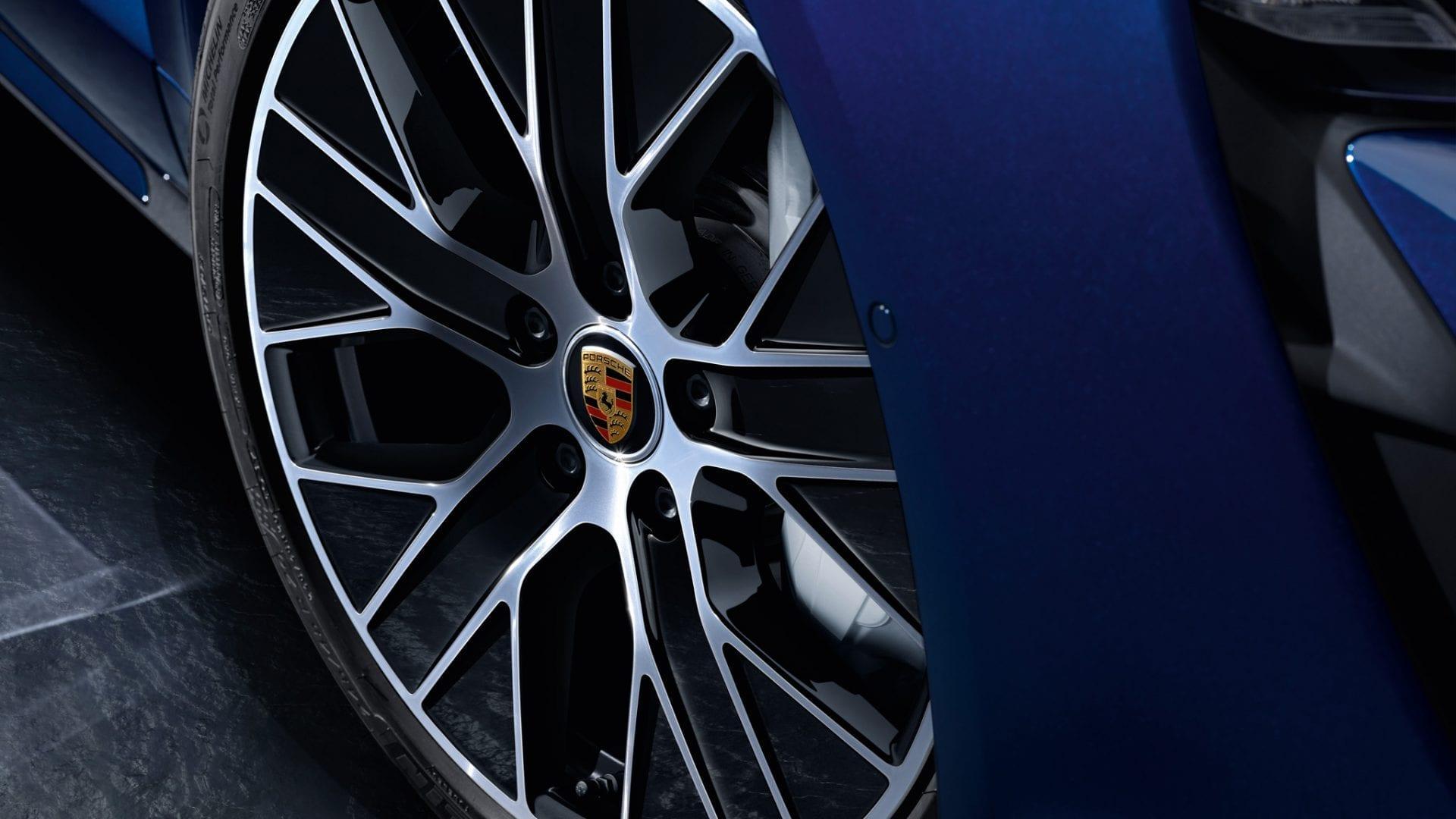 Taycanin rengas Porschen logolla vanteessa.