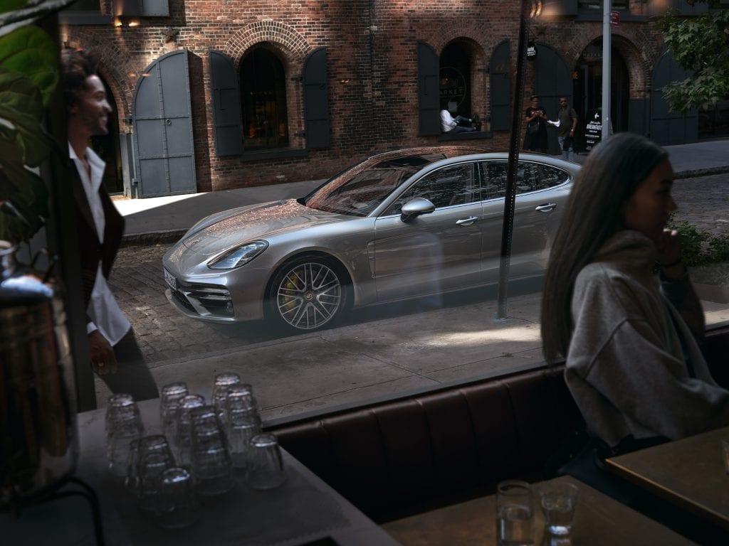 Porsche Panamera ikkunan läpi.