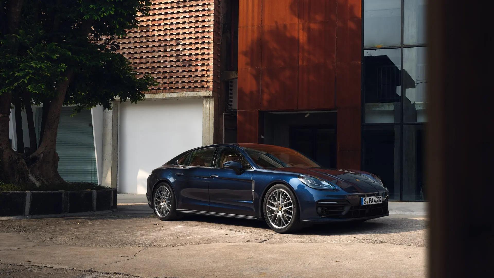 Sininen Porsche Panamera