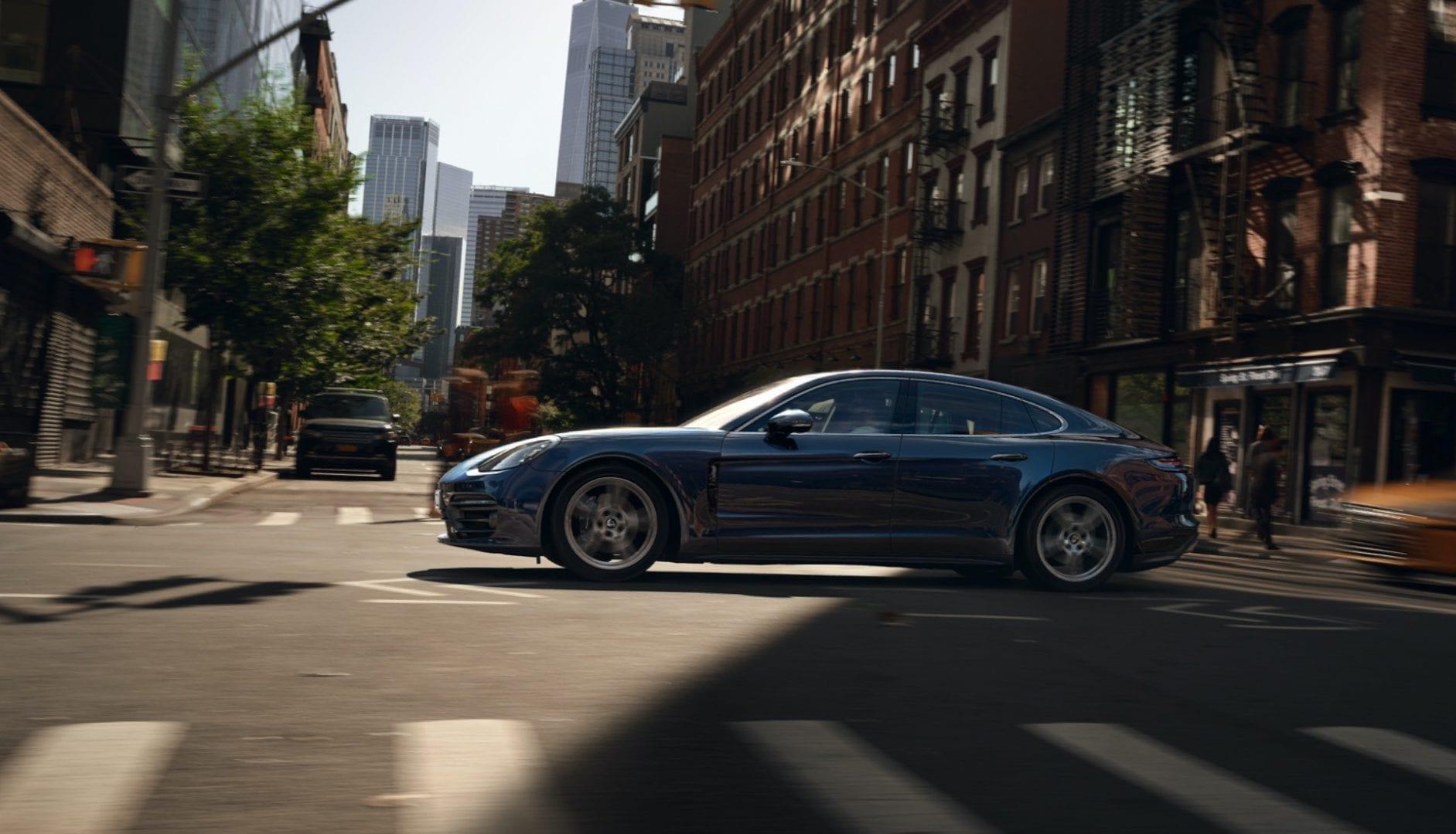 Porsche Panamera ylittää risteystä kaupungissa.