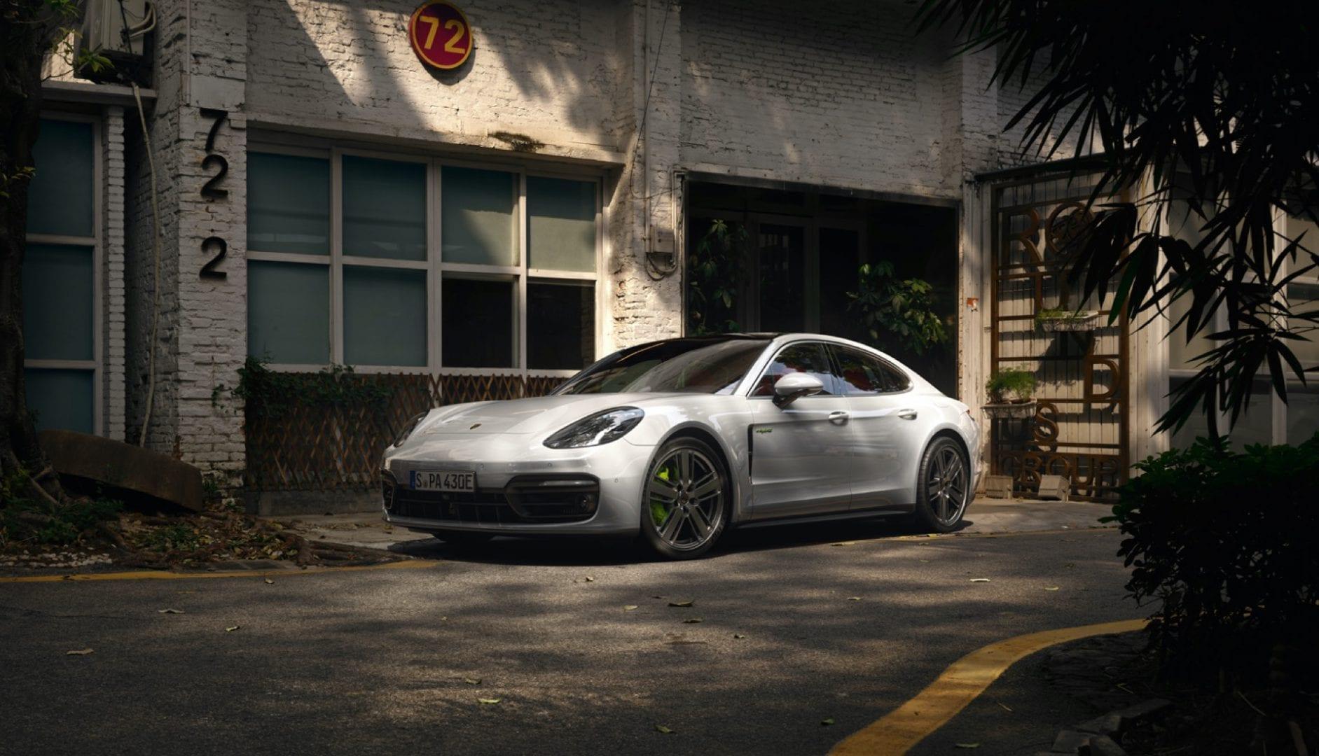 Porsche Panamera pysäköity rakennuksen eteen.