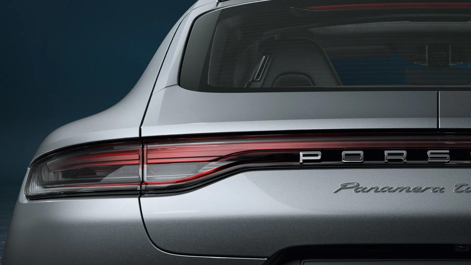 Porsche Panamera takaapäin.