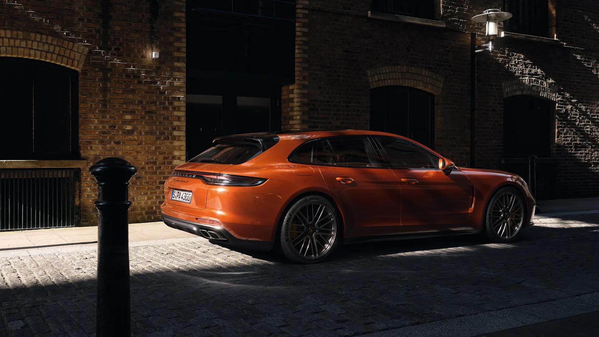 Oranssi Porsche Panamera