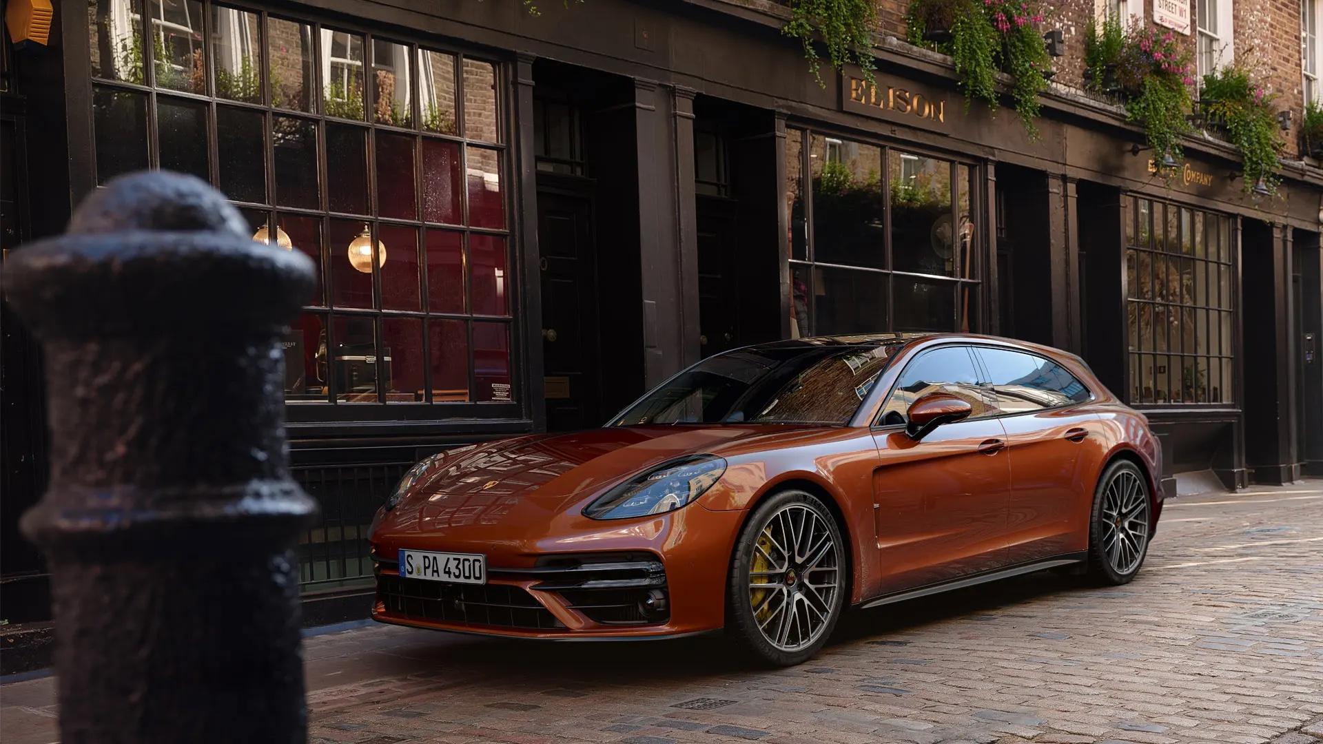 Porsche Panamera pysäköity kapealle kadulle kaupungissa.