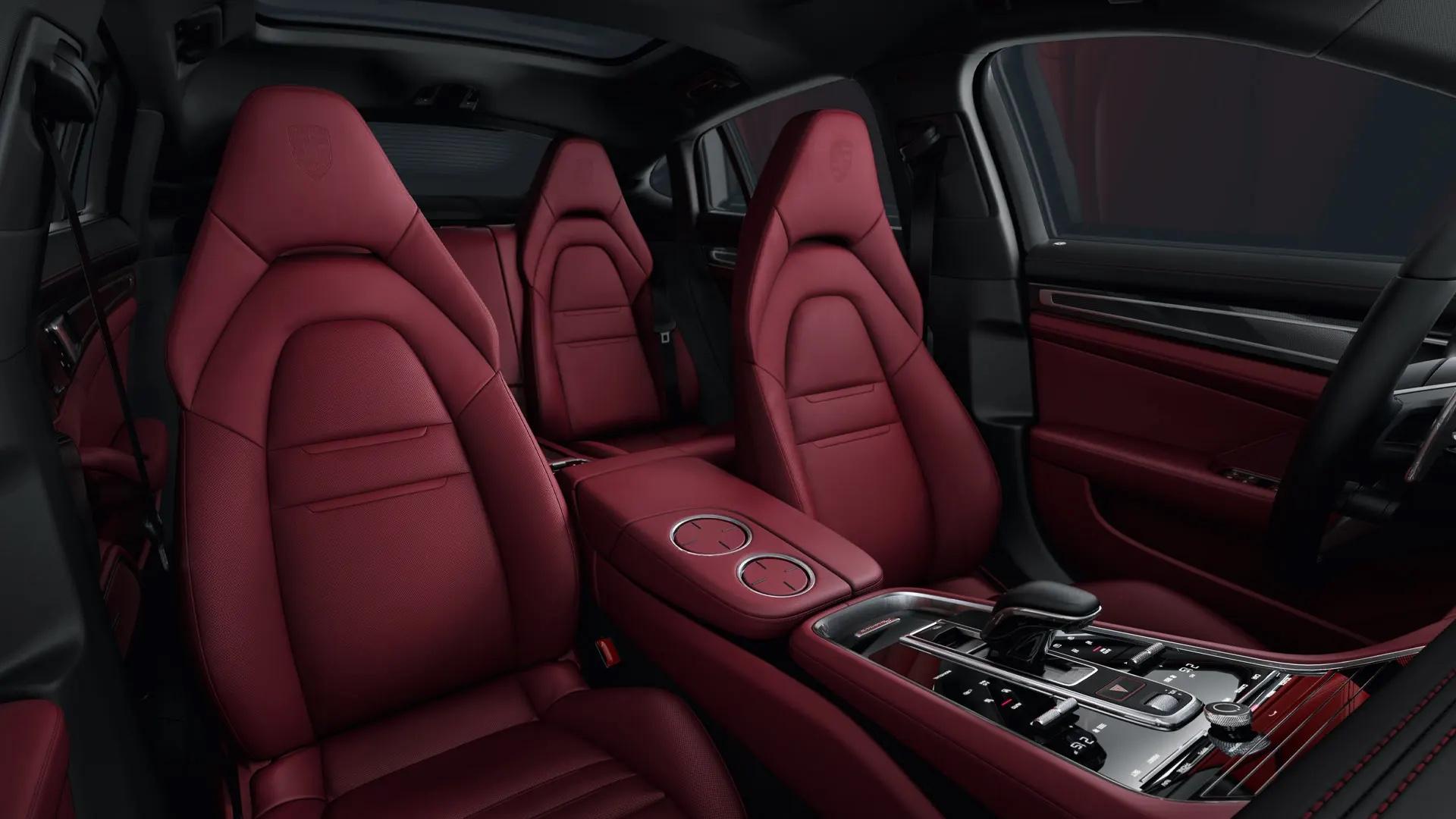 Porsche Panameran ohjaamo viininpunaisella viimeistelyllä.