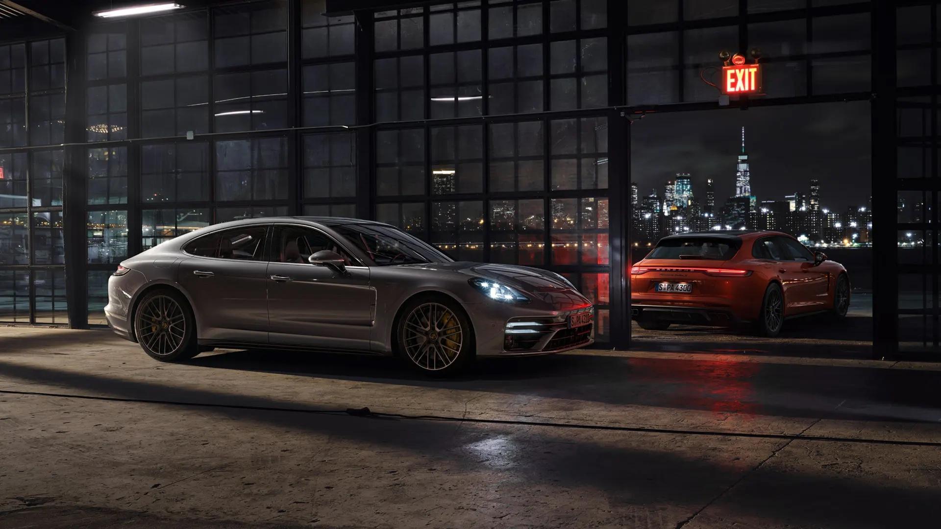 Porsche Panamera öisen kaupunkimaiseman edessä.