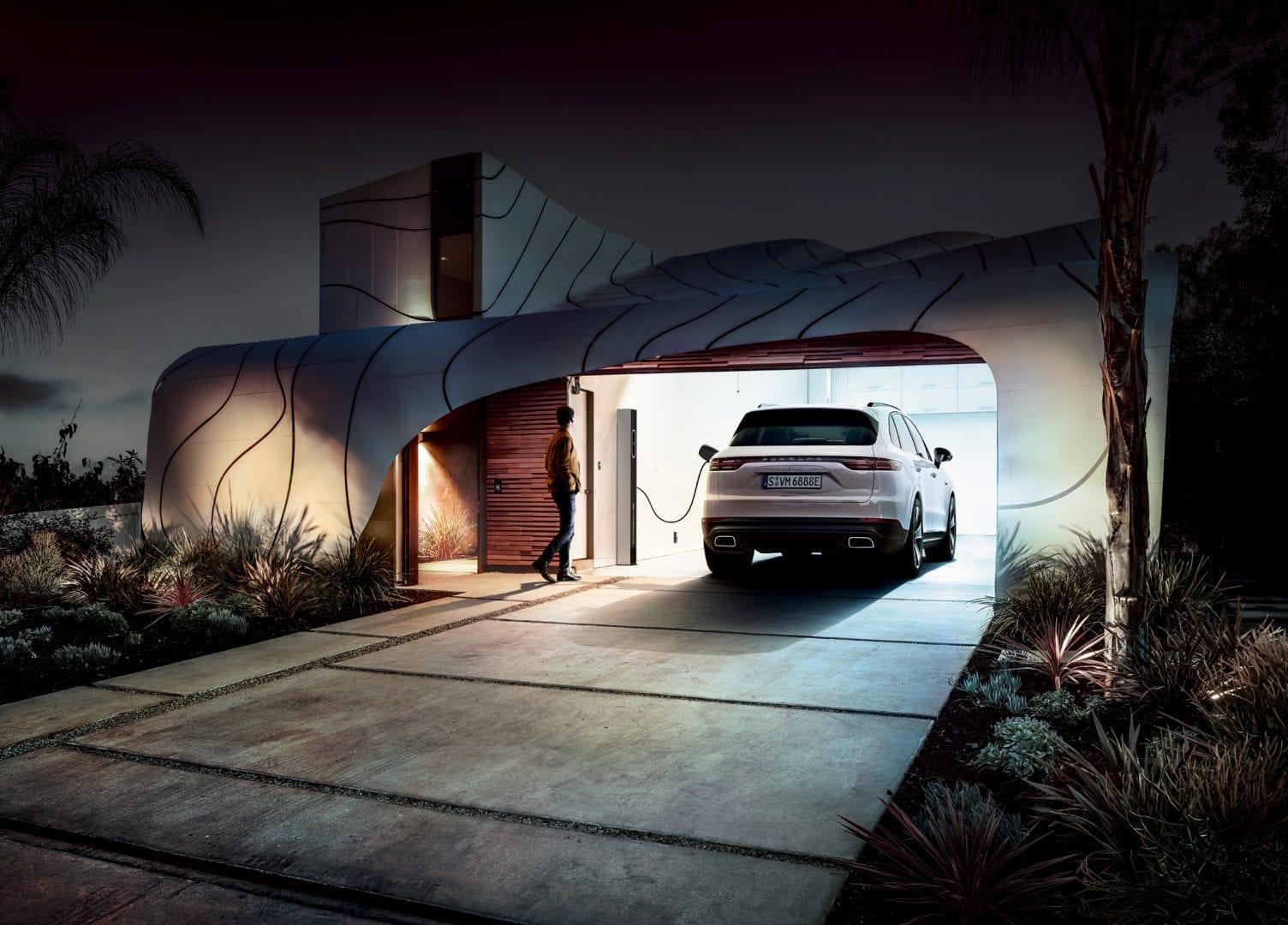 Porsche Cayenne autotallissa.