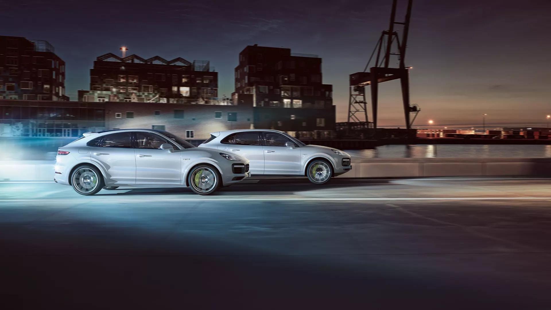 Kaksi Porsche Cayennea ajavat kilpaa.