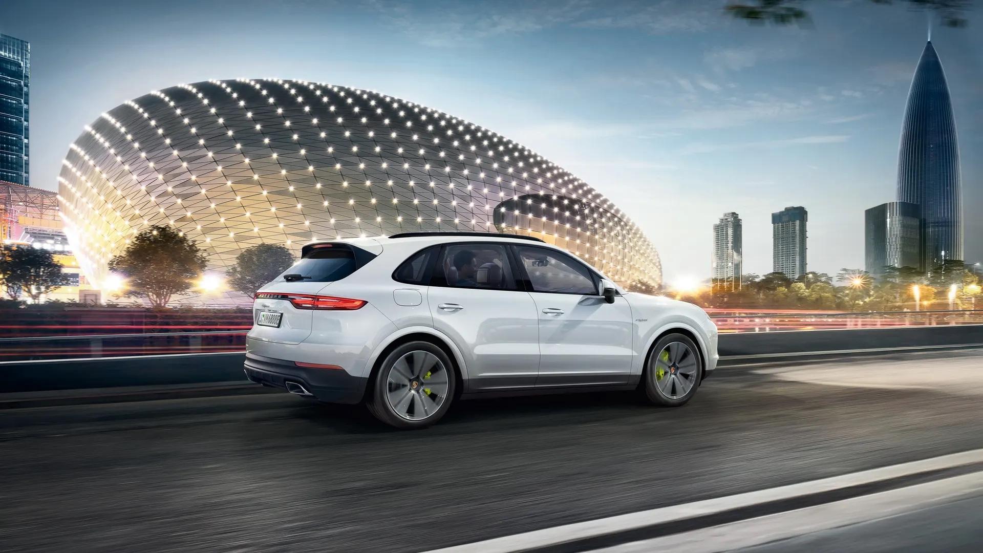 Porsche Cayenne modernissa kaupunkiympäristössä.